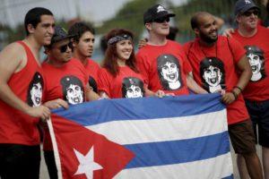 Fanovi Stonsa sa kubanskom zastavom