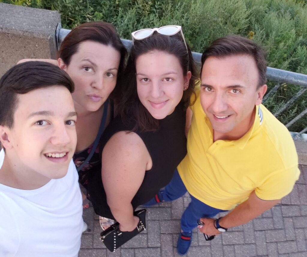 Dr Nebojša Knežević sa porodicom
